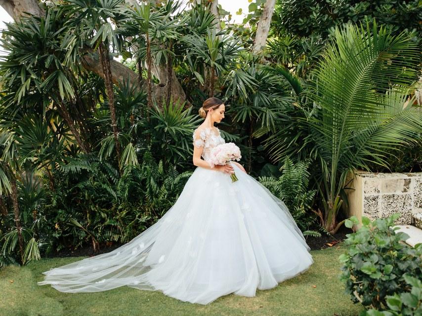 Посмотрите, как создаются свадебные платья